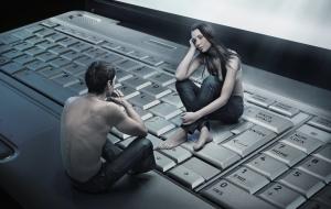 парень и девушка сидят на клавиатуре