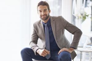 мужчина в сером пиджаке и галстуке