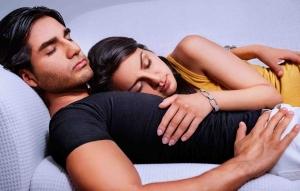 парень с девушкой спят