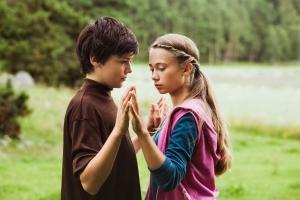 мальчик с девочкой держатся за руки