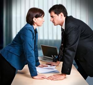 мужчина и женщина на работе смотрят друг на друга