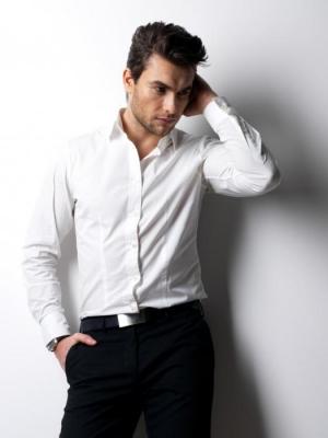 мужчина в белой рубашке и брюках