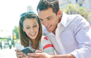парень и девушка смотрят в телефоны