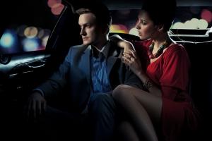 мужчина и женщина в салоне автомобиля
