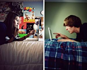 парень и девушка переписываются через интернет