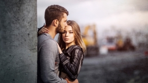 парень с девушкой стоят обнявшись