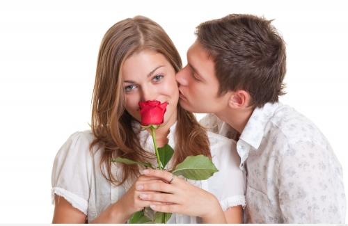 Девушка любит тебя: что важно знать и как это понять