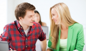 парень с девушкой смотрят друг другу в глаза
