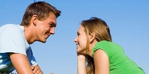 парень с девушкой смотрят в глаза
