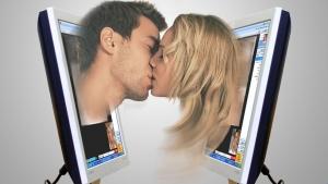 парень и девушка целуются из экрана мониторов