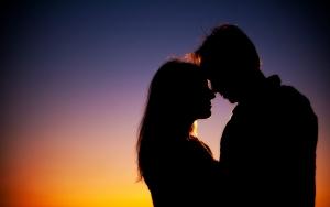 силуэты парня и девушки на закате