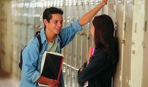 парень с девушкой в школе