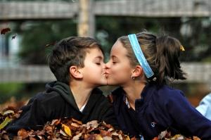 мальчик с девочкой целуются