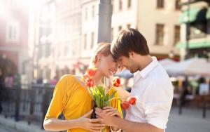 девушка, парень и букет тюльпанов