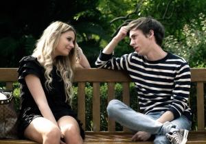 парень сидит с девушкой на скамейке