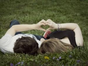 парень с девушкой на природе