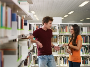 девушка и парень среди книг