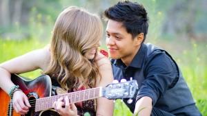 девушка с парнем играет на гитаре