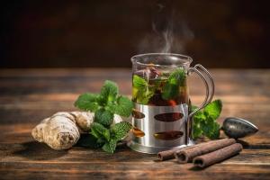 чашка с чаем с имбирем и мятой