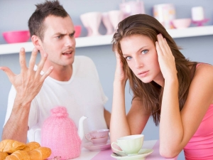 парень с девушкой ругаются за столом