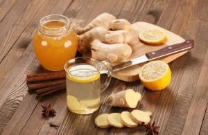нарезанный имбирь, лимон и мед в баночке