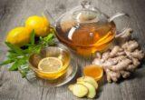чай из имбиря в заварочнике и чашке с лимоном