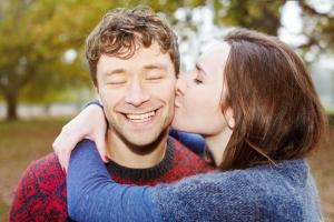 женщина целует мужчину в щеку