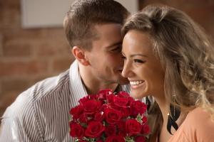 мужчина подарил женщине букет цветов