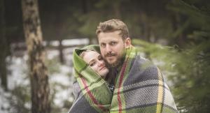 мужчина и женщина завернутые в плед