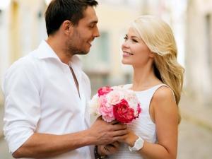 парень дарит букет цветов девушке