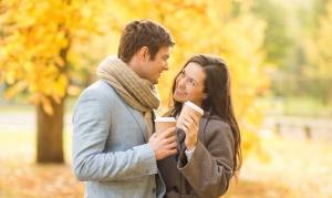 парень с девушкой со стаканчиками кофе