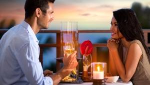 парень с девушкой ужинают