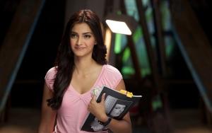 девушка держит в руках журнал