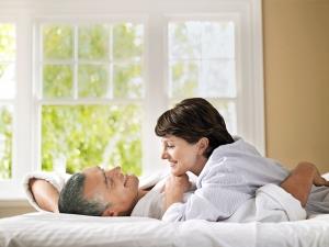 женщина с мужчиной лежат на кровати