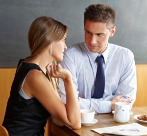 парень и девушка сидят за столом