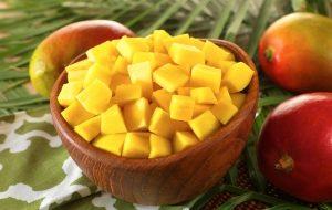 нарезанный кусочками манго в тарелке