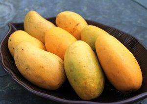 манго на тарелке