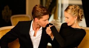 парень целует девушке руку