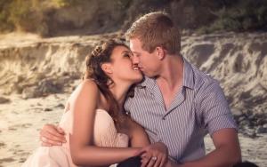 парень с девушкой сидят на песке