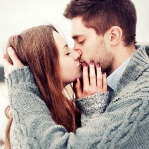 парень и девушка в свитерах