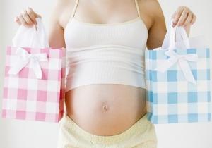беременная женщина держит два пакета