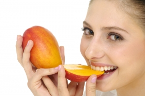 женщина ест манго