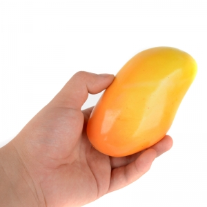 желтый манго в руке
