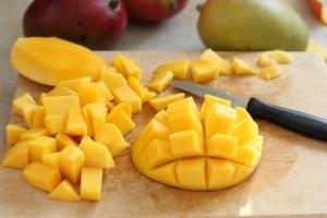 нарезанный манго на доске с ножом