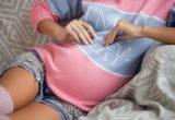 беременная девушка в вязаном свитере