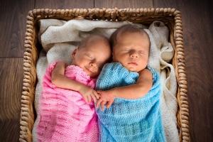 новорожденные мальчик и девочка в корзинке