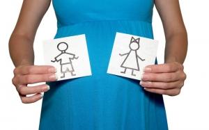 беременная женщина в синем платье