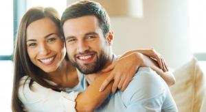 мужчина и девушка обнимаются