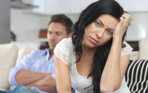 женщина сидит спиной к мужчине