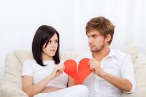 парень с девушкой держат в руках разорванное сердце